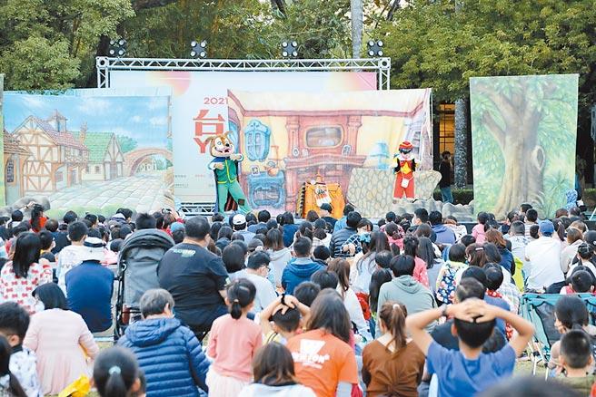 南市府5日舉行「野餐音樂會」,吸引逾5000名親子參與。(台南市政府提供/莊曜聰台南傳真)