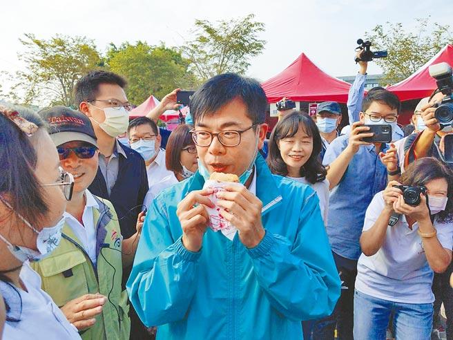 高雄巿長陳其邁(中)5日出席大寮紅豆節,當場試吃紅豆餅。(曹明正攝)