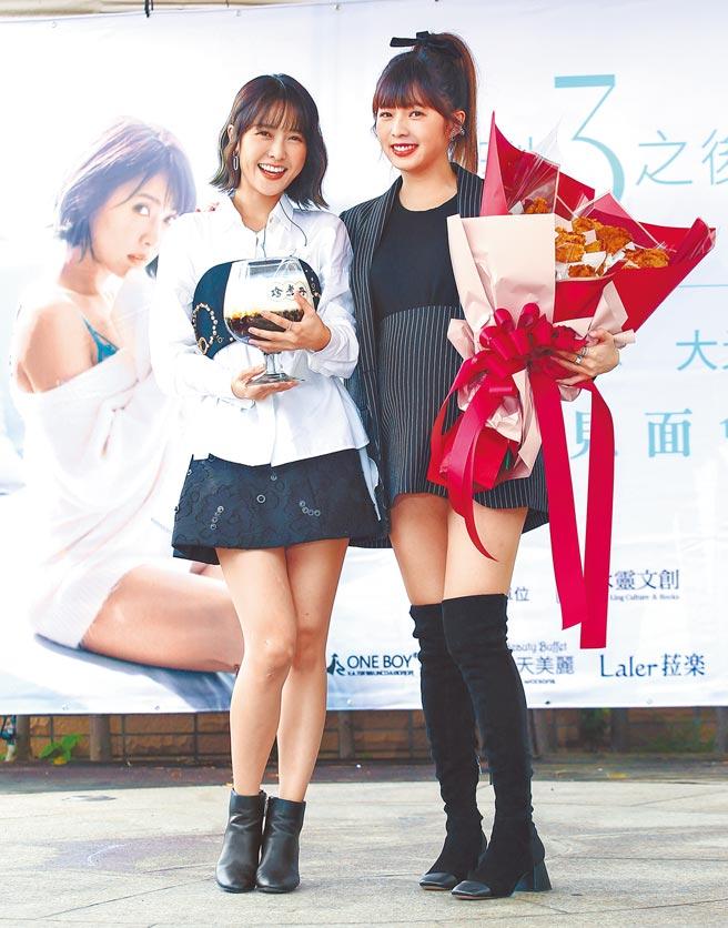 大元(左)舉行寫真集簽書會,好姊妹簡廷芮挺孕肚送祝福。(陳俊吉攝)