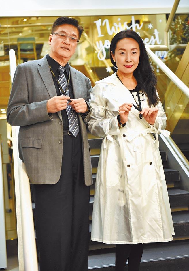 方岑(右)昨與交往6年的醫師男友吳榮現身記者會。(方岑提供)