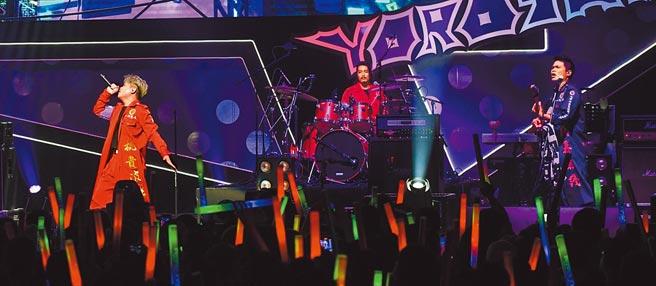 樂團「七月半」昨辦首場個唱,團員們賣力演出。(Live Nation Taiwan提供)