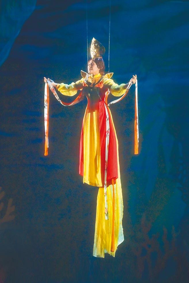 羅美玲在舞台劇首度挑戰吊鋼絲,為此瘦9公斤。(夢蓮花文藝基金會提供)