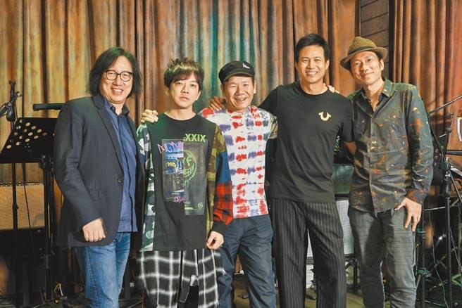 范俊逸(左起)、黃雨勳、趙傳、陳國華、尤景文。(中華流行音樂國際交流協會提供)