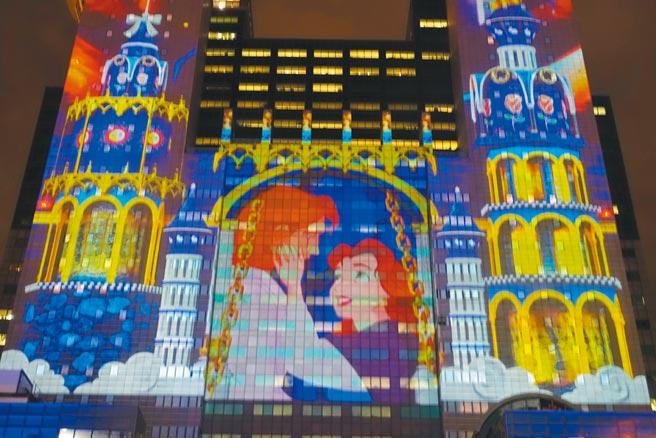 新北歡樂耶誕城的燈光秀,結合10部迪士尼經典動畫電影打造設計,為全台唯一的迪士尼3D光雕雷射投影秀。(黃采薇攝)
