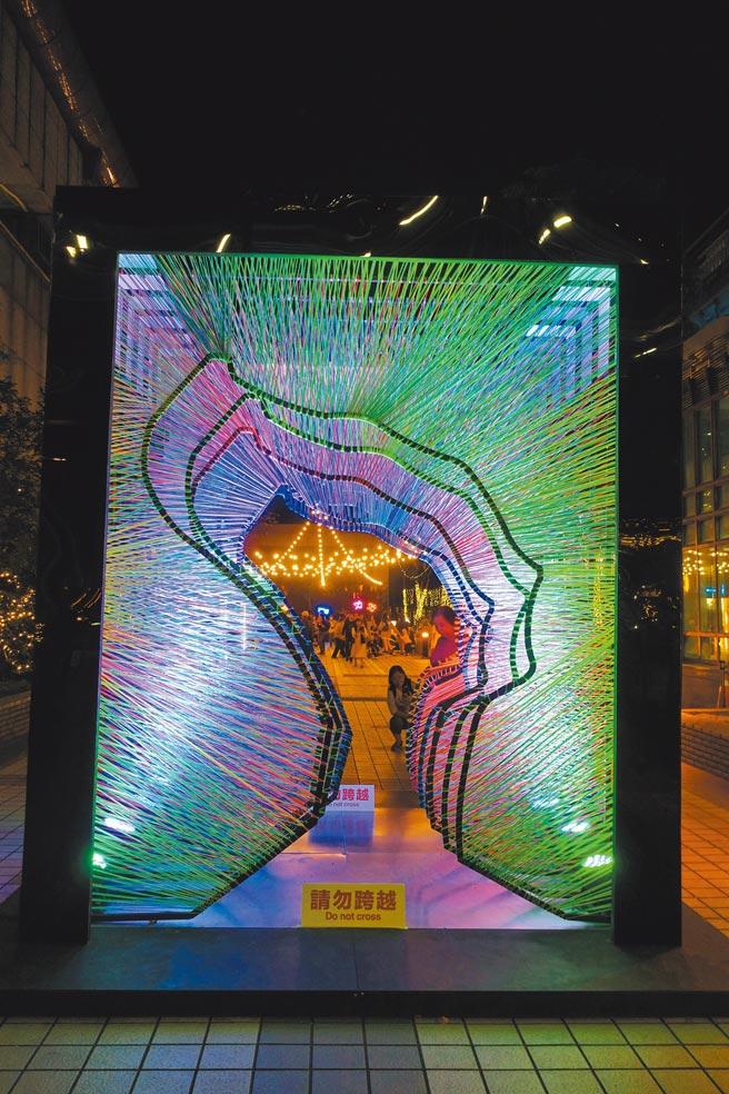 以新北野柳知名地景「女王頭」為發想的裝置藝術。(黃采薇攝)