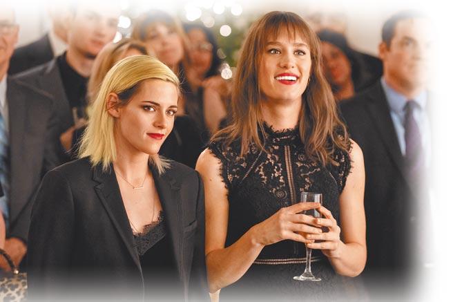 克莉絲汀史都華(左)和麥坎西戴維斯在片中飾演女女CP。(索尼影業提供)