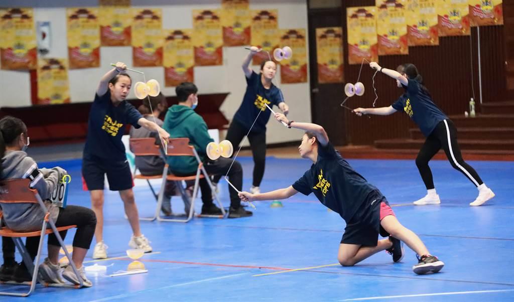 金門金寧國中在扯鈴項目國中競速團體男女組贏得雙料冠軍。(照片提供:臺南大學 / 陳俊文攝)
