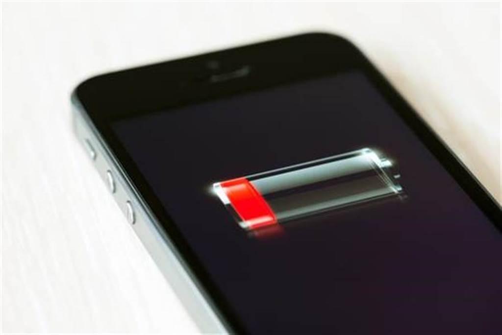 覺得iPhone耗電很快?很可能是iOS 14.2惹的禍。(達志影像/shutterstock提供)