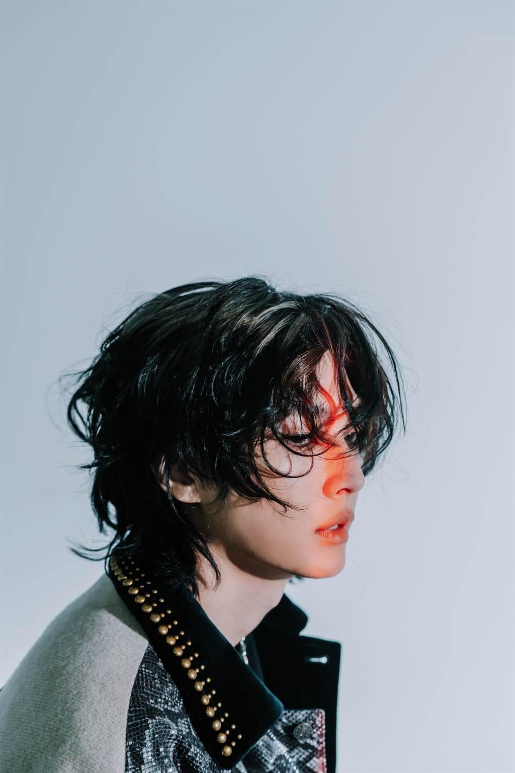 炎亞綸近日推出新單曲〈摩登原始人〉。(索尼音樂提供)