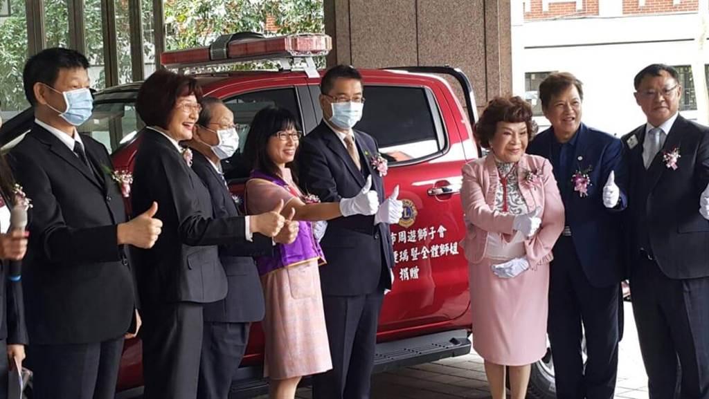 周遊、李朝永夫妻率領周遊獅子會成員,捐出消防救災越野車。(吳維書攝)