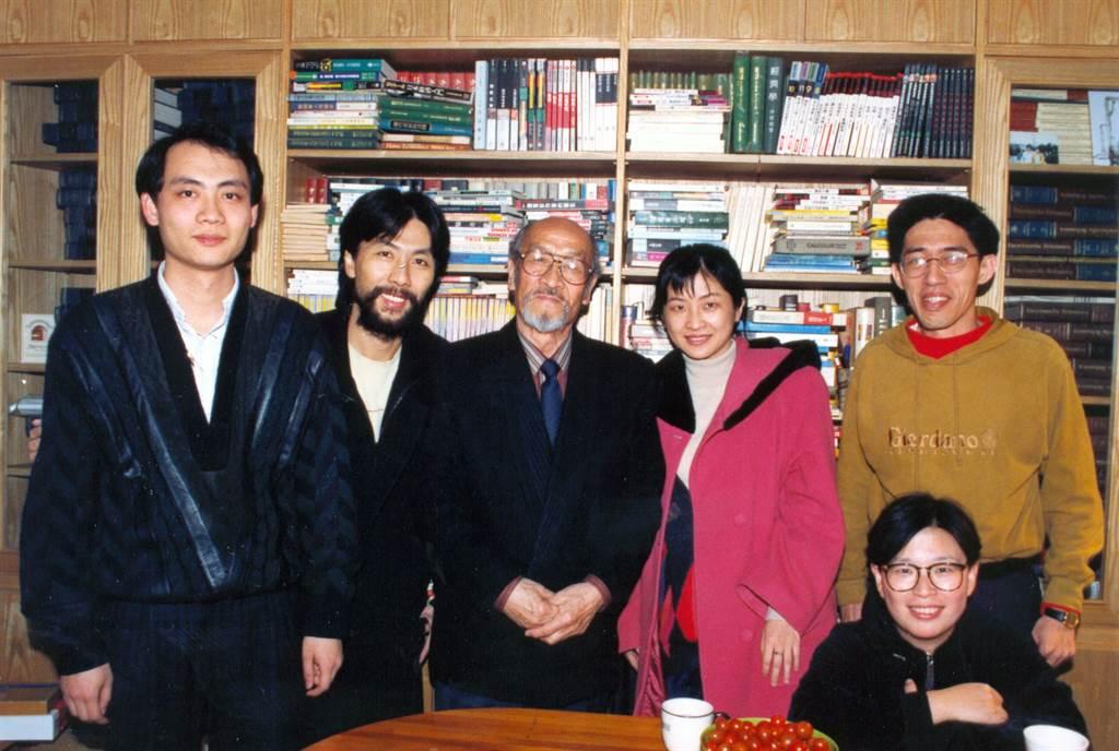 1992年,王洛賓(左3)與友人會面。(本報系資料照片)