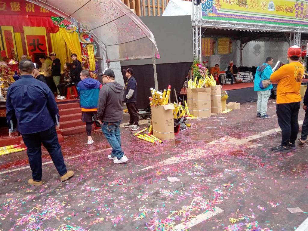 青山宮遶境鞭炮炸不停,地上滿是燃放鞭炮後的碎屑。(圖/中時新聞網 )