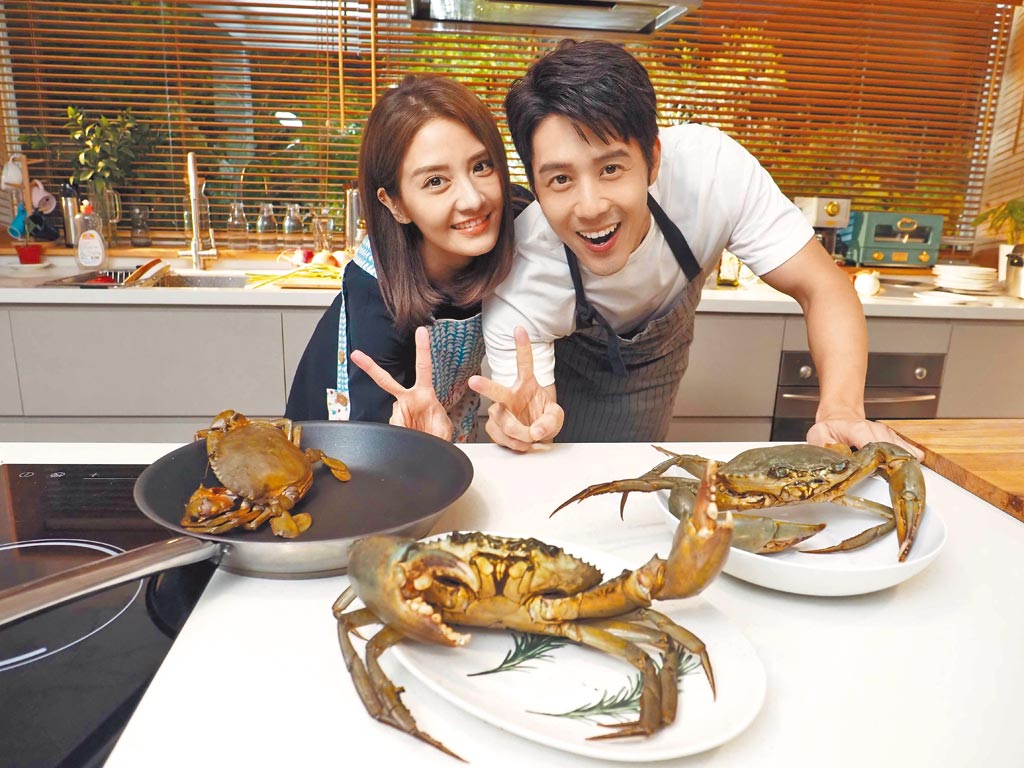 胡宇威(右)拍攝〈好好〉MV,在花容失色的李宣榕面前徒手抓螃蟹。(福茂唱片提供)