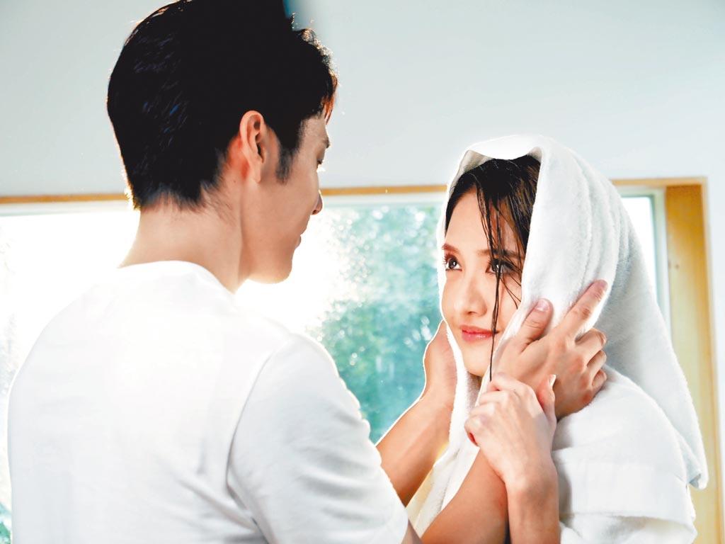 李宣榕(右)和胡宇威在〈好好〉MV中,展開唯美浪漫愛情故事。(福茂唱片提供)
