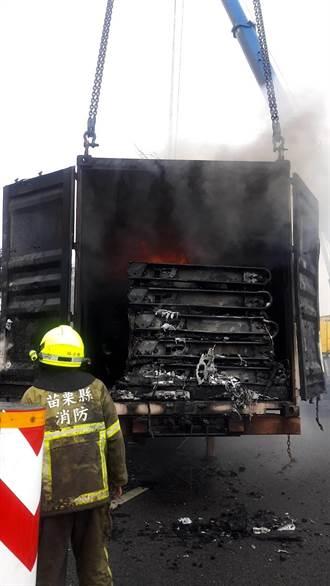 國3北上竹南路段火燒貨櫃車 警封鎖車道搶救