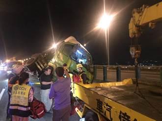國道3號北上195公里颳強風 大貨車翻覆駕駛送醫搶救