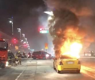 高雄凱旋捷運站外計程車突爆炸 司機燒成焦屍