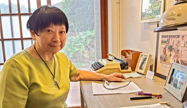 作家張曉風6日在屏東市勝利星村「永勝5號」為一群陽明校友補上1堂國文課。永勝5號是張曉風學生時的故居,她也坐在以前的書桌位置回憶學生年代。(潘建志攝)