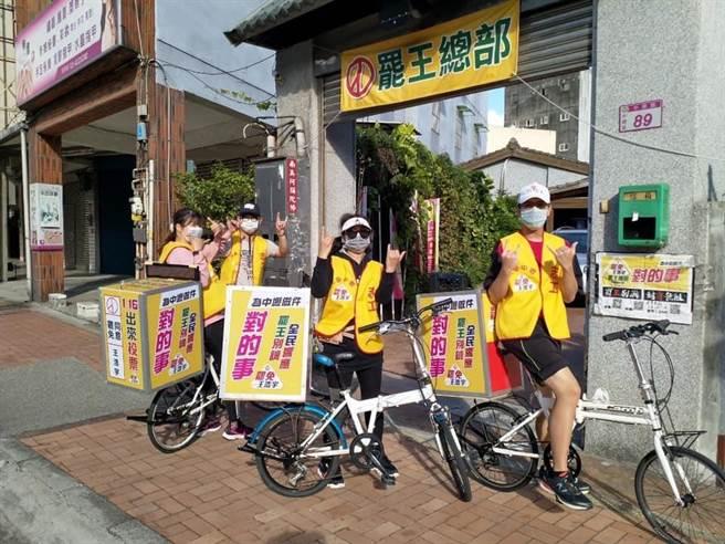 罷王總部出動小摺腳踏車隊,號召民眾連署罷王。(圖/摘自罷免王浩宇臉書)