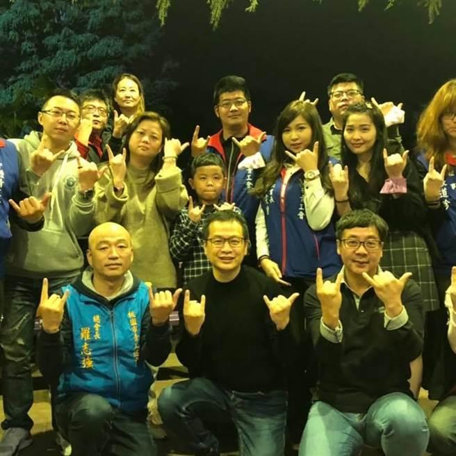 台北市議員羅智強(前排中)到中壢街講,指出1月16日是反萊豬的關鍵決戰日。(圖/摘自羅智強臉書)