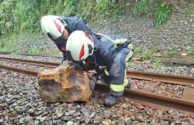 一重達70公斤的巨石掉落鐵軌,導致列車延誤。(台鐵提供)