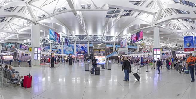 一架來自俄羅斯的客機受到炸彈威脅,紐約甘迺迪機場跑道6日緊急關閉。(資料照/shutterstock)