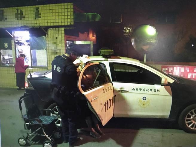 警方協助老翁回家。(龍潭警分局提供/黃婉婷桃園傳真)