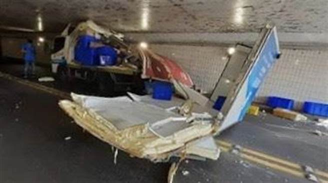 早餐店物流貨車卡在地下道,動彈不得,後方車廂還與車頭分離掉落在車道上。(讀者提供/張毓翎嘉義傳真)