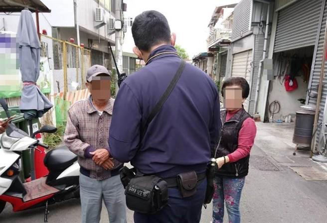 警方發現70歲林姓男子下錯車迷路,幸遇細心的太平警分局坪林派出所員警,在他隨身包包內發現一張紙條留有聯繫方式,也順利用巡邏車護送返家。(太平警分局提供/馮惠宜傳真)