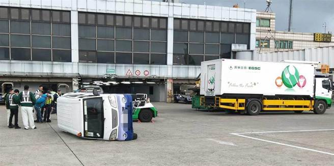 6日清晨在桃園機場機坪上,發生非道路交通事故,一輛長榮航勤行李拖車與華航廂型車發生碰撞,華航廂型車當場翻覆。(翻攝畫面)
