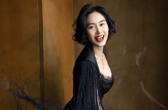 朱茵穿上黑色低胸長裙完美秀出迷人的天鵝頸及鎖骨線。(圖/摘自微博@朱茵)