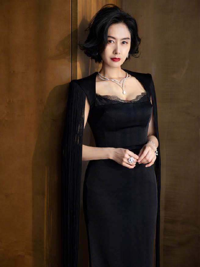 朱茵身穿一套黑色高墊肩流蘇裙出席時尚活動,再度以驚人美貌成為全場焦點。(圖/摘自微博@朱茵)