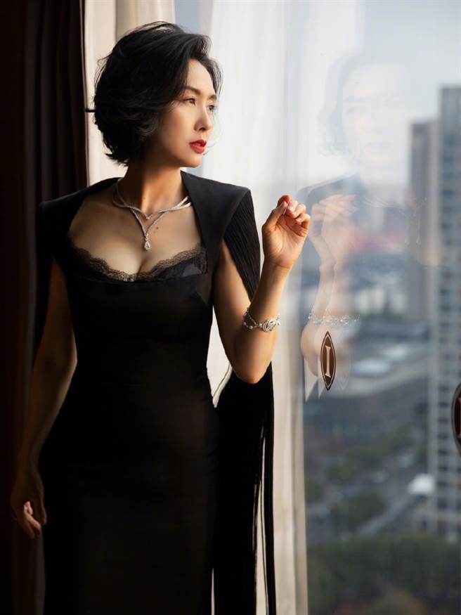 朱茵不僅外型姣好,勻稱體態更完全沒變,堪稱美了30年的女星。(圖/摘自微博@朱茵)