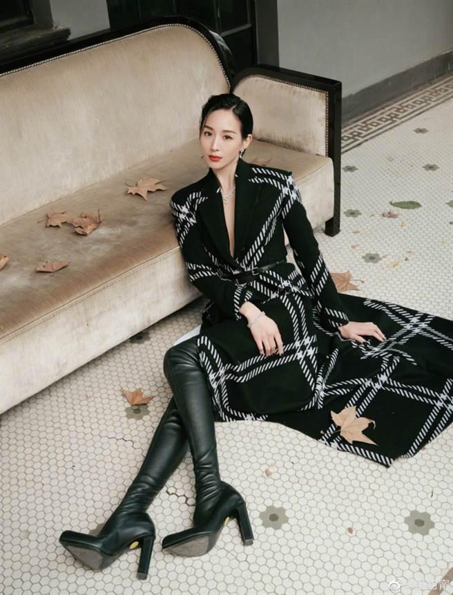 張鈞甯身穿一套黑底白格紋的風衣外套拍攝復古寫真。(圖/摘自微博@張鈞甯)