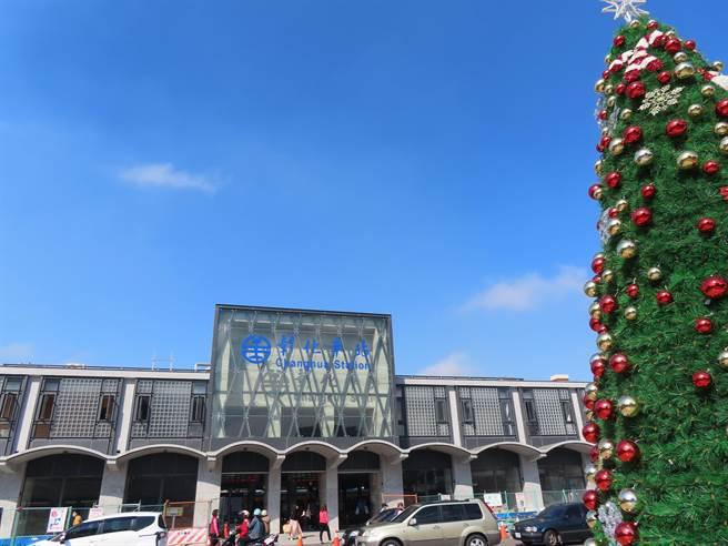 彰化火車站「拉皮」揭新妝,通透的玻璃帷幕呈現了視覺上、空氣上的流動感,讓人耳目一新,年底將全部完工落成,迎接元旦新年新氣象。(吳敏菁攝)