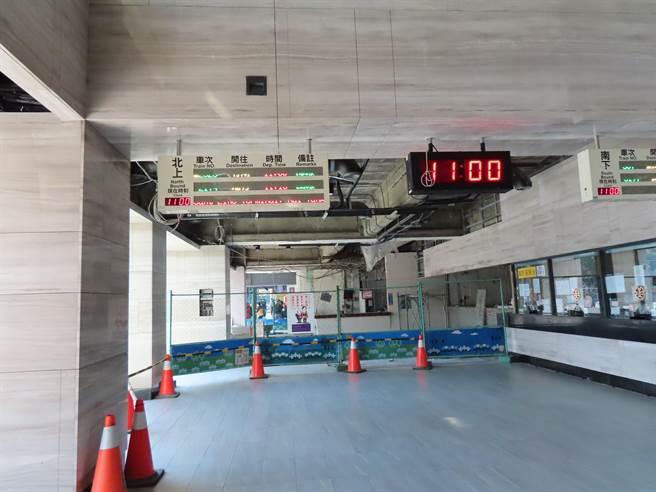 彰化火車站「拉皮」揭新妝,通透的玻璃帷幕呈現了視覺上、空氣上的流動感,讓人耳目一新,年底將全部完工落成,迎接元旦新年新氣象,大廳改建讓候車空間更寬敞舒適。(吳敏菁攝)