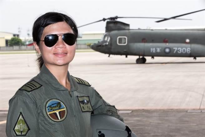 上尉陳彥蓁通過嚴格訓練,成為陸軍CH-47SD直升機首位女飛官。(圖/軍聞社)