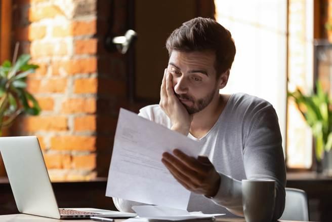 一位男網友被準岳母要求簽下「婚前協議書」,但看完協議書的內容卻讓他難以接受。(示意圖,非本新聞圖片/Shutterstock,達志影像提供)