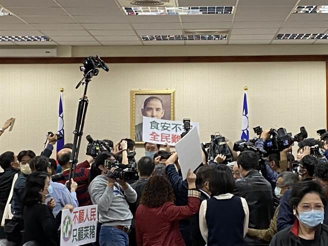 國民黨立委於主席台前抗議違法表決,現場藍綠立委數度隔空交火。(李柏澔攝)