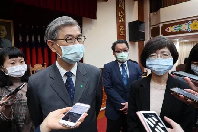 金管會主委黃天牧(左)與銀行局長莊琇媛(右)表示,不會開放電子支付機構作放款。圖/魏喬怡