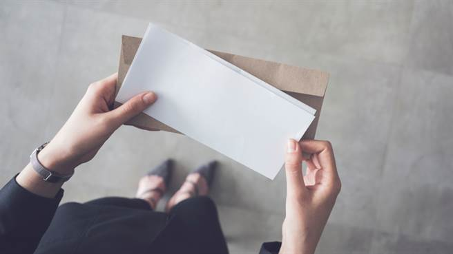 新竹一位人妻在今年2月間在家中收到新竹地檢署寄來的「不起訴處分書」,她才驚覺陳姓丈夫長期在外偷吃,甚至遭小三的丈夫提告。(示意圖/Shutterstock)