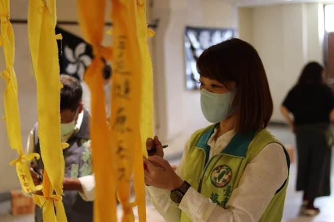香港青年團體「邊城青年」日前巡迴至台南舉辦「反送中」意象展,卻遭到不明人士蛋襲,台南市議員蔡筱薇譴責暴力行為。(市議員蔡筱薇服務處提供/李宜杰台南傳真)