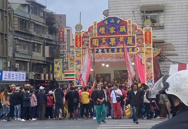 為期三天的青山祭遶境活動,炮竹炸整夜惹民怨,警方計開出959張交通違規罰單與告發13件噪音。(黃瀞儀攝)
