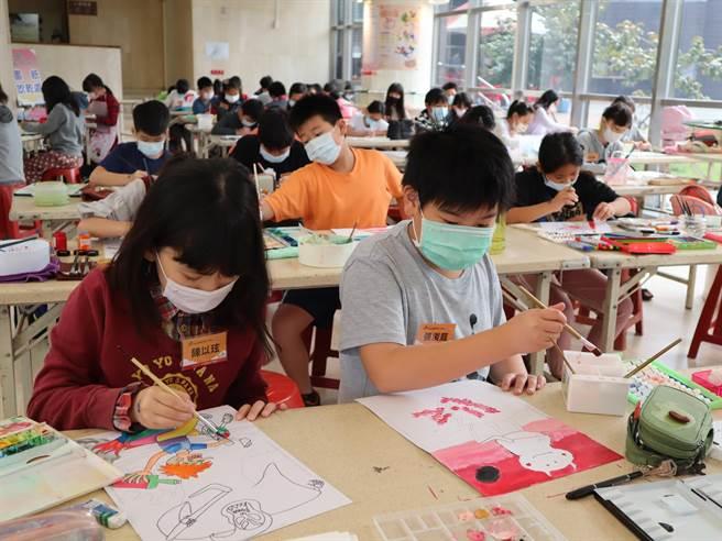 420位入選者挑戰2小時完成創意畫作。(台中市文化局提供/陳淑娥台中傳真)
