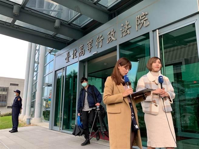 中天電視台記者在台北高等行政法院門口連線。(鄧博仁攝)