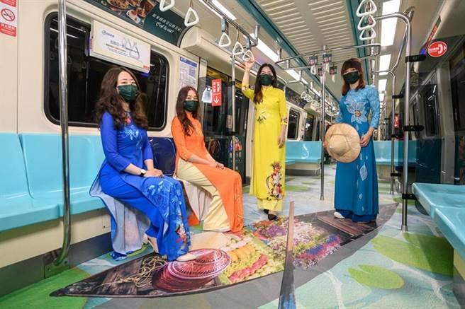 (王品集團在台北捷運板南線打造的沐越車廂,以湄公河為設計主題。圖/王品集團提供)