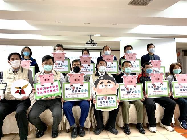 台南肉品進口業者7日在市長黃偉哲(前排左四)見證下,簽署宣示「萊豬零輸入」。(李宜杰攝)