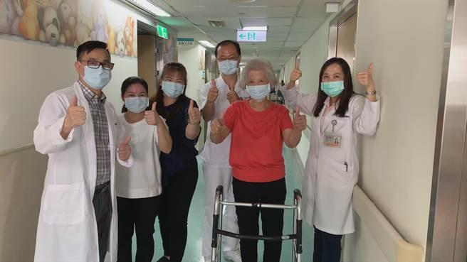 患者使用助行器行走,展現復原成果。(光田綜合醫院提供/陳淑娥台中傳真)
