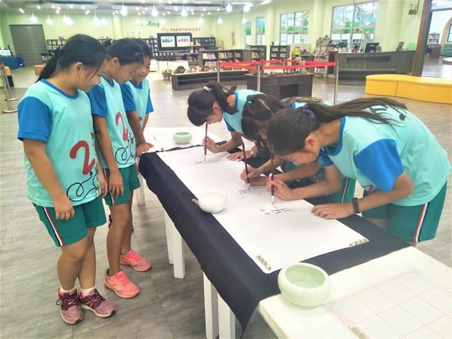 學生臨摹書法字體,練習書寫自己的姓氏,期許這股翰墨文化點燃孩子對漢字的興趣與熱情。(盧金足攝)