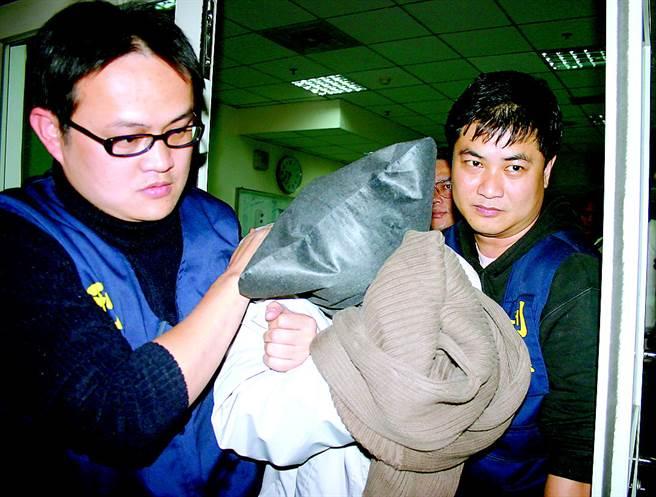 民國94年1月26日,新竹縣新豐鄉國中女學生遭姦殺案,警方逮捕涉案的劉姓少年。(中時資料照,圖/羅浚濱攝)